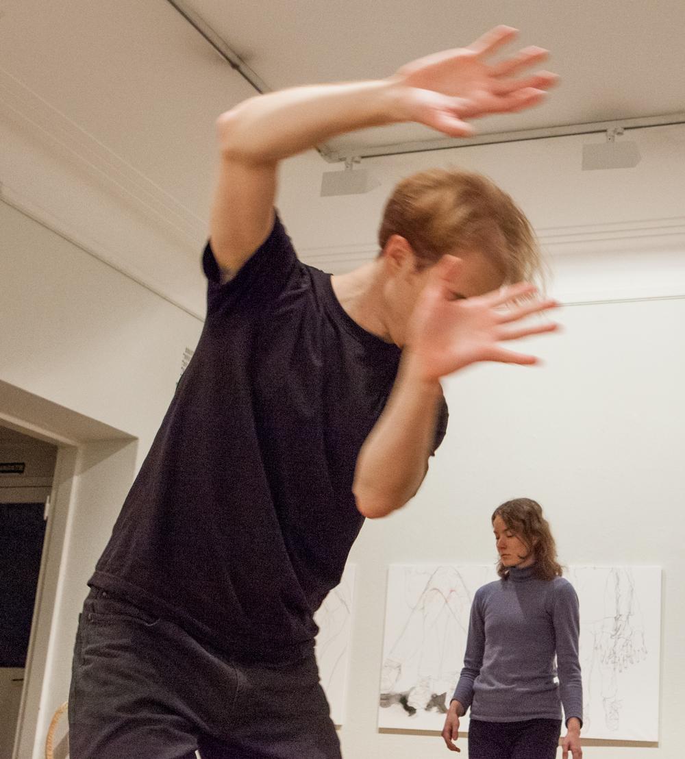 Tanssijat Antti Marjakangas ja Diina Bukareva esittävät tanssiteosta Ihmishavaintoja. Taidesalonki 2